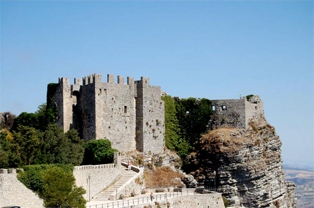 Castello Normanno e Tempio di Venere